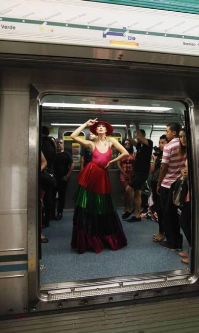 Quem passou pelo metrô na parte da tarde pôde participar do evento, compondo figurinos com peças e acessórios disponibilizados pelo SPFW PAULO WHITAKER / REUTERS