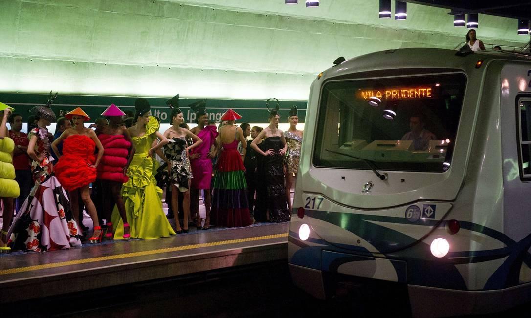 O evento deu um colorido a mais para as estações de metrô e lançou um novo olhar para o desfile de moda. Em vez de estarem no pedestal intocável da passarela, as modelos e roupas interagiam com os espectadores NELSON ALMEIDA / AFP