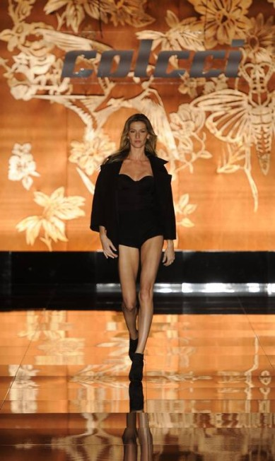 A última apresentação de Gisele foi na temporada de inverno de 2011, que aconteceu em janeiro do mesmo ano. A top dividiu a passarela com Alessandra Ambrósio e Ashton Kutcher Divulgação