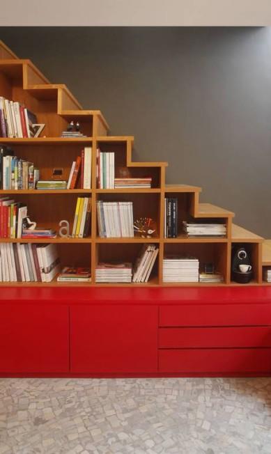 O cinza contrasta com móvel vermelho no escritório de Carolina Escada e Patricia Landau Terceiro / Divulgação