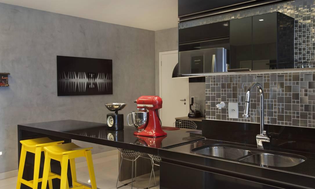 Na cozinha: Pastilhas de inox e cimento queimado Terceiro / Divulgação