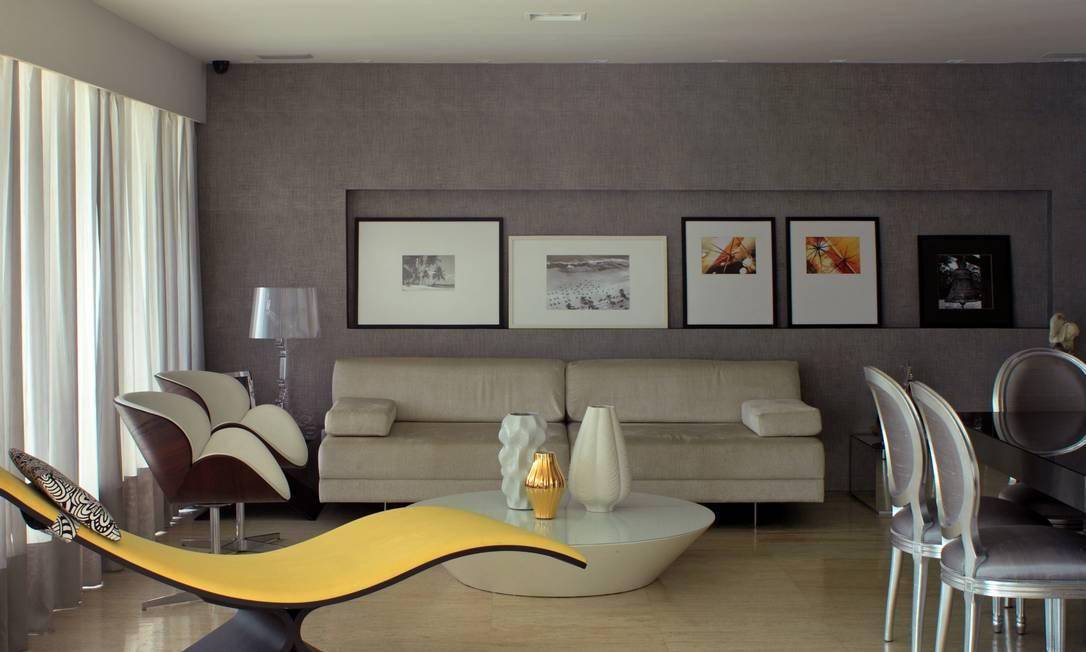 Sophia Galvão contrasta a sobriedade do papel de parede com a chaise amarela Terceiro / Divulgação