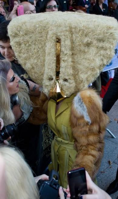 A cantora arrematou o look com um casaco de pele sobre um vestido amarelo Ole Spata / AFP