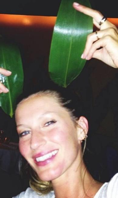 Gisele Bündchen em momento descontraído - e com o rosto lavado. A imagem foi feita durante um jantar da modelo com a badalada dupla de fotógrafos Reprodução/ Instagram