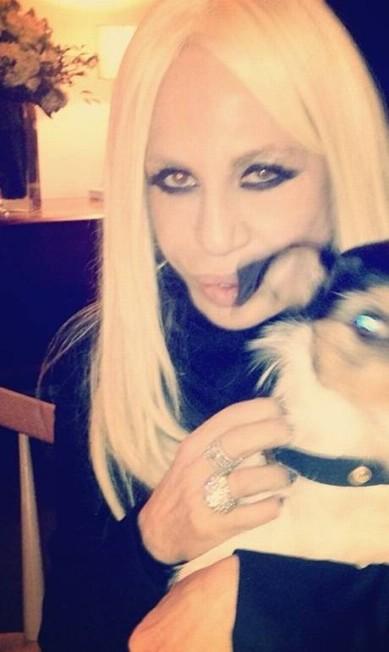 Donatella Versace provando que dá para manter o look impecável até com um cachorro em cena Reprodução/ Instagram