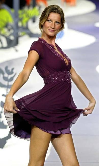 Em janeiro de 2005, Gisele voltou a São Paulo, mas para um trabalho com looks mais comportados. Estrela da Triton, Gisele demonstrou sua habitual simpatia nas passarelas Patricia Santos / AFP PHOTO/Patrica SANTOS
