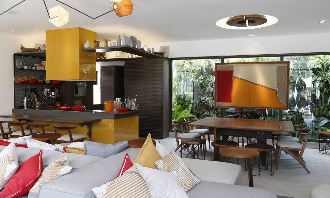A sala-cozinha de Chicô Gouvêa ganha uma parede Simone Marinho / Agência O Globo
