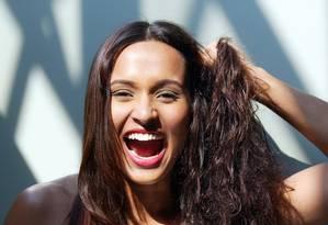 Hábitos errados no cuidado dos fios podem contribuir para a falta de saúde do cabelo Foto: Ana Branco / Agência O Globo