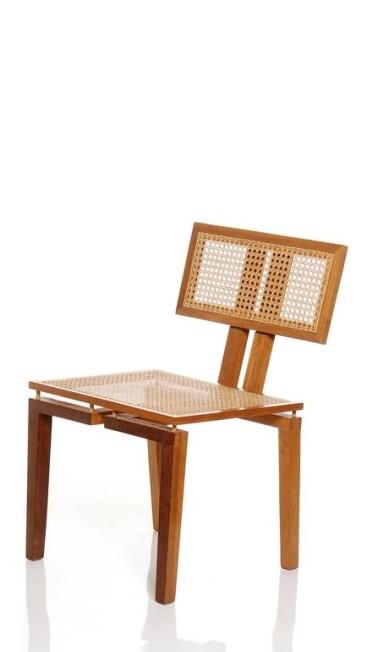 Cadeira de freijó natural com encosto e assento em palhinha assinada pela designer Juliana Llusá. Na Hetty Goldberg, R$ 2.354 Terceiro / Divulgação
