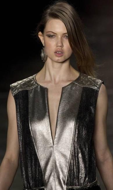 """Se hoje os dentes separado de Lindsey Wixson são seu grande diferencial no mundo da moda, no passado eles eram um incômodo dessa top, que já estrelou campanhas para Versace, Yves Saint Laurent, entre outras. """"Sempre tive consciência dos meus dentes. No ensino médio, as meninas tentavam me bater e zombavam. Foi a pior época da minha vida"""", ela contou certa vez Andre Penner / AP"""