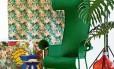 A América Latina, hispânica, caliente, das rumbas e ceviches, que vive no imaginário popular, dá as cartas para o próximo verão. O colorido mexicano, as plantas tropicais, o trançado do vime, as estampas exuberantes e os pássaros exóticos fazem a festa. Selecionamos algumas peças que traduzem esse espírito. Poltrona (R$ 13.231) e quadro (R$ 4.080) LZ Studio, piso em bambu tingido Parquet Nobre (R$ 331 o m2 sem aplicação, tecido estampado Stella Tecidos (R$ 89,90 o metro), cacatua em resina Balisun (R$ 89), papagaio em cerâmica Cerâmica Luiz Salvador (R$ 140), luminária Caruarú (R$ 1.270) e banco (R$ 735) na Arquivo Contemporâneo, garrafão Olhar o Brasil (R$ 680), almofadas O Galpão (R$ 294 cada) e banco azul Saccaro (R$ 791)