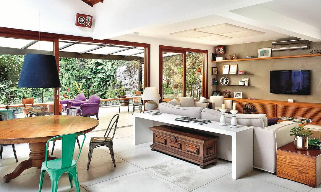 As arquitetas Roberta Moura, Paula Faria e Luciana Mambrini também apostam no mix de cores para dar graça à mesa de jantar Terceiro / Divulgação