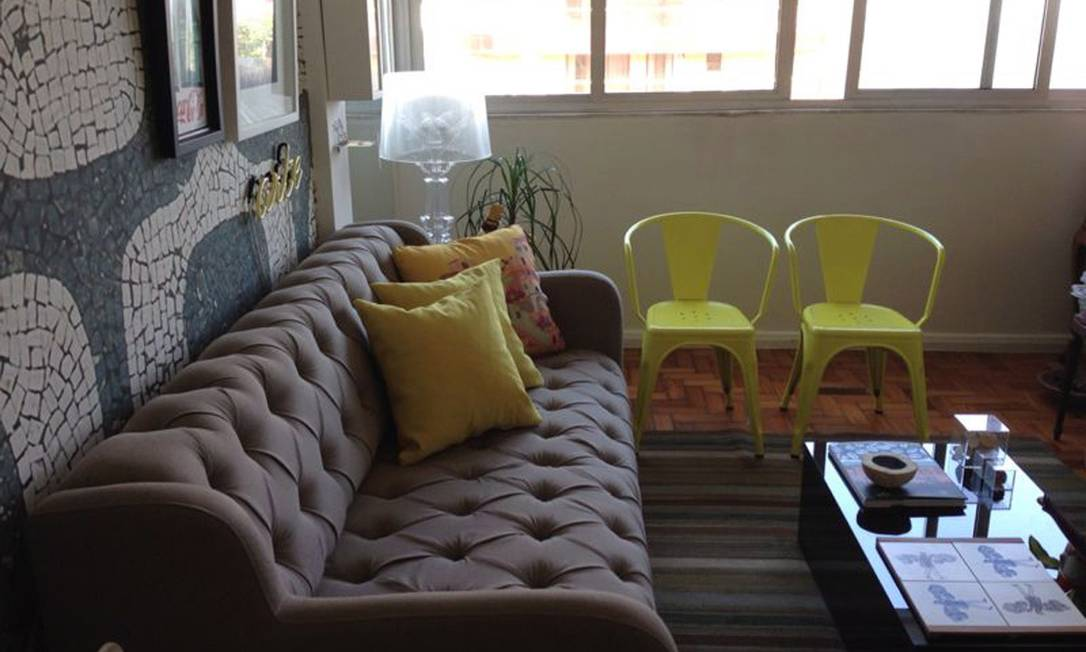 O arquiteto Ricardo Melo tem duas cadeiras iguais, amarelas e com braços, na sala de seu apartamento, no Arpoador Terceiro / Divulgação