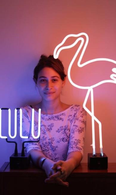 """Na casa de Luiza Arraes, dois néons que ela ganhou de aniversário. """"Dá um clima meio futurista, meio retrô ao ambiente"""", diz ela Fabio Seixo / Agência O Globo"""