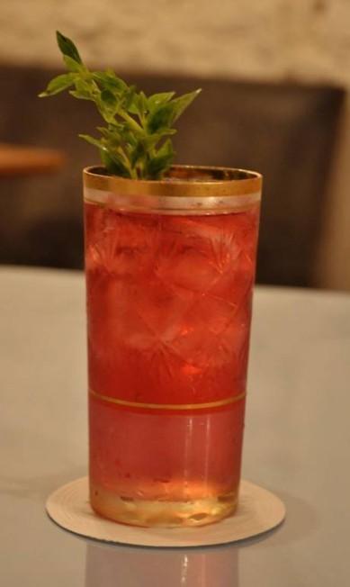 """O drink """"Bulhufas"""", do Volta (Tel.: 21 3204-5406), é preparado com cachaça orgânica, infusão de beterraba, notas de limão, espumante brut e talo de manjericão. Sai por R$ 26 Terceiro / Divulgação"""