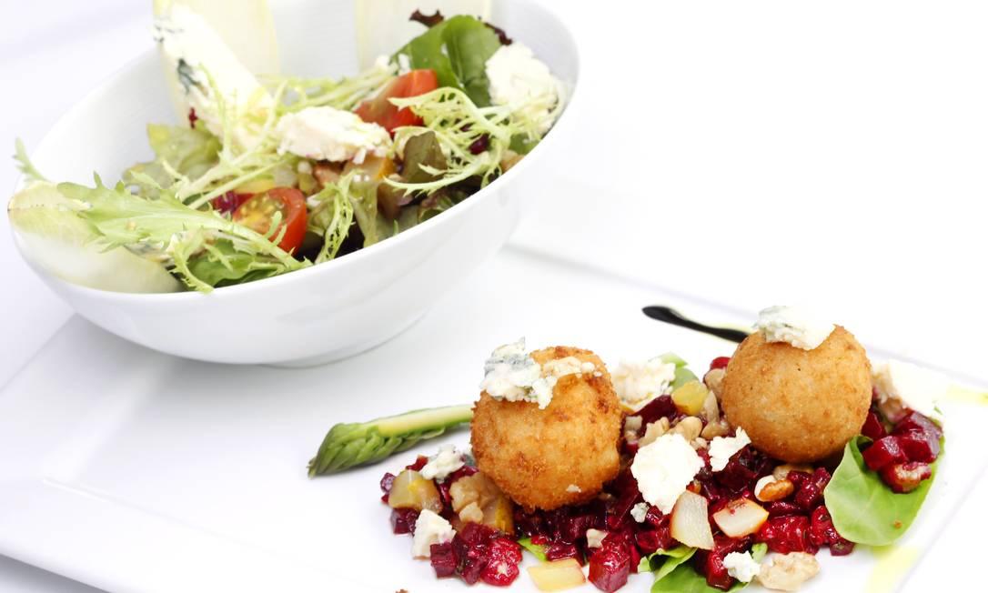 O francês Chez L´Ami Martin (Tel.: 21 3322-2005) serve salada de beterraba com nozes, pera e queijo roquefort, acompanhada de bolinhos de risoto de parmesão e queijo brie. Preço: R$ 36 Terceiro / Divulgação