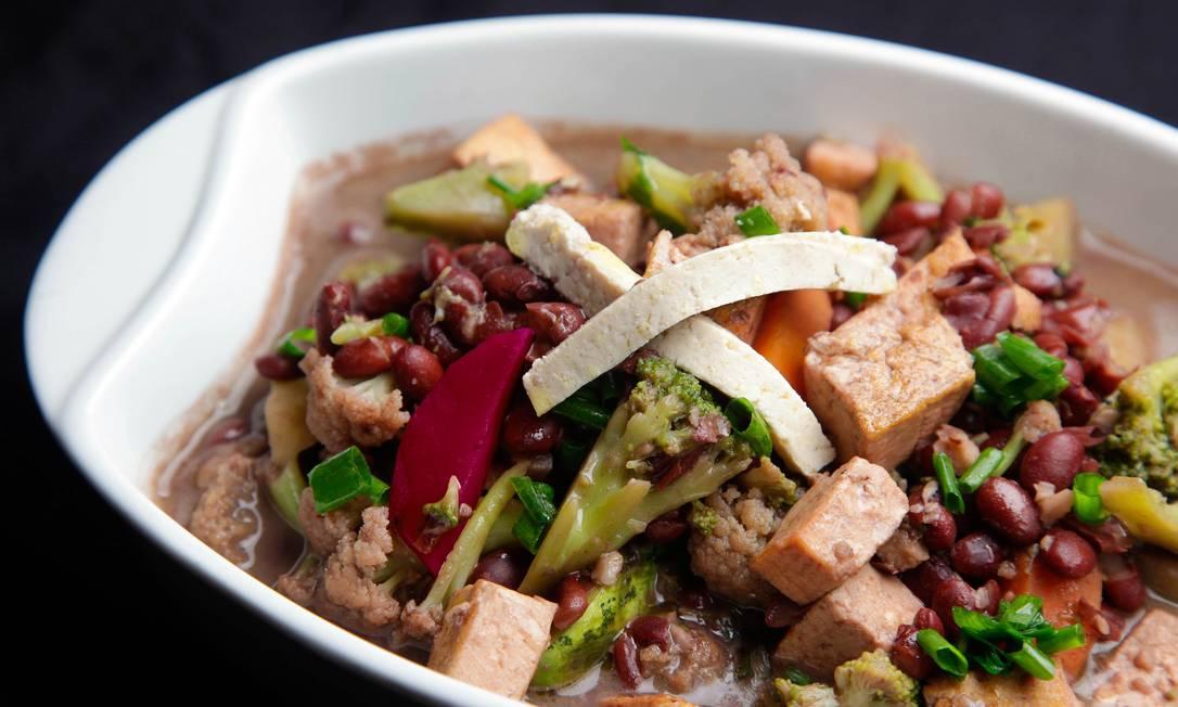 O Estação Sabor Gourmet (Tel.: 2548-1028) serve no bufê a quilo a inusitada feijoada vegetariana, preparada com beterraba, abobrinha, couve-flor, cenoura, tofu e brócolis. R$ 44,90 o quilo Terceiro / Divulgação