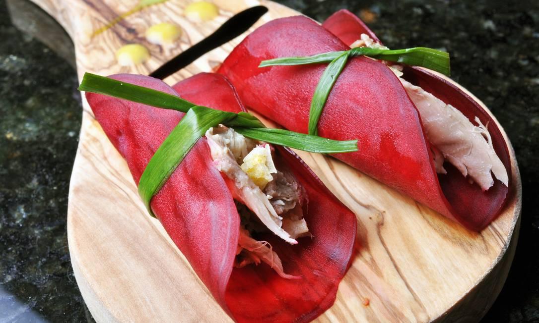 A beterraba recheada com galinha de angola, flor de sal e trufas negras do Guy Restaurante (Tel.: 21 3624-8252) pode vir acompanhada de salada de folhas variadas com azeite aromatizado com agrião. Preço: R$ 37 Terceiro / Divulgação