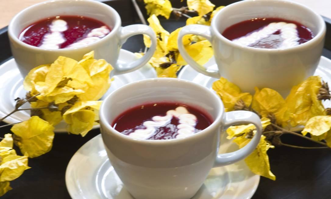 A borsht, sopa fria de beterraba com especiarias, do Gutessen (Tel.: 21 2294-2053) pode ser servido com toques de creme de leite. Preço: R$ 12 Terceiro / Divulgação