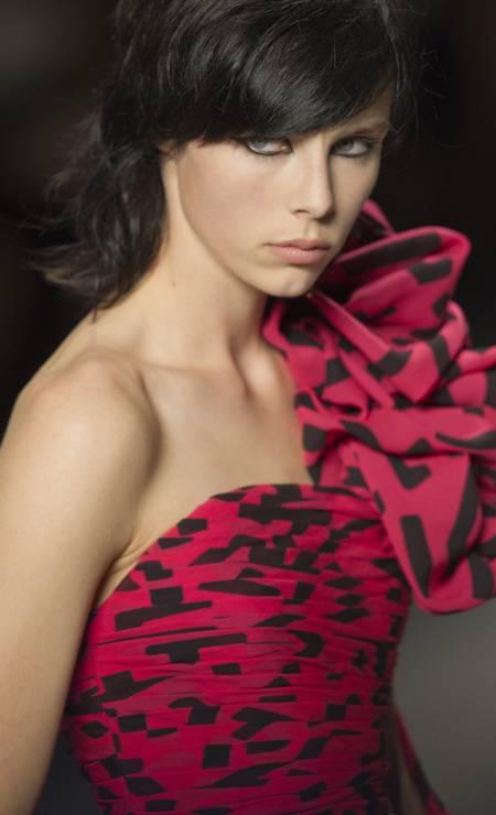 E que tal esse babado lateral criando volume em um dos ombros no modelo criado por Hedi Slimane para a St Laurent? Foto: Jacques Brinon / AP