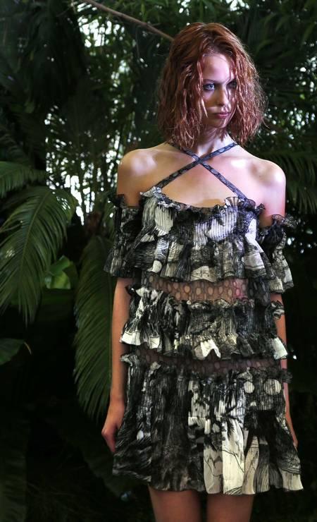 Na floresta tropical de Junko Shimada, os babados deram uma ideia de folhagem às peças Foto: FRANCOIS GUILLOT / AFP