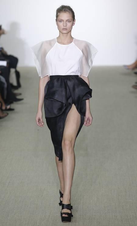 A fenda da saia de Giambatista Valli ganhou um ar mais inocente com os babados Foto: Christophe Ena / AP