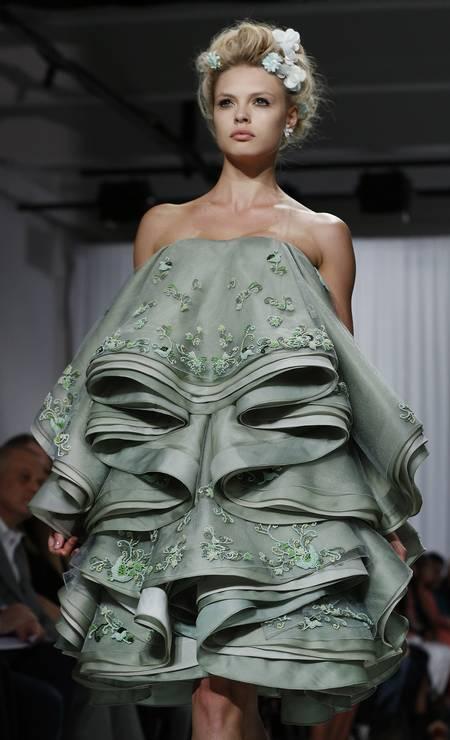 Em Nova York, Zac Posen não economizou, e o resultado foi um vestido ultravolumoso, recheado de babados Foto: John Minchillo / AP