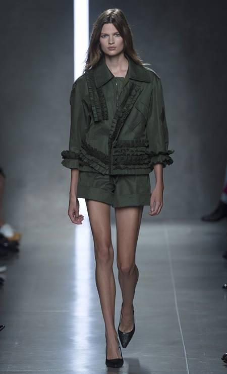 Na Bottega Veneta, em Milão, o look militarista ficou mais romântico com os detalhes de babados no casaco Foto: ALESSANDRO GAROFALO / REUTERS