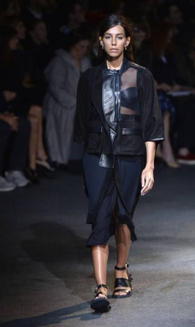 A modelo transexual brasileira Léa T, xodó do estilista, desfilou com um look todo preto, com uma transparência estratégica MIGUEL MEDINA / AFP
