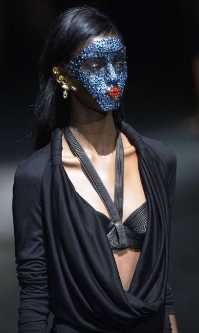 Sempre surpreendente, a Givenchy de Ricardo Tisci colocou na passarela modelos com o rosto coberto por máscaras com efeito de glitter MIGUEL MEDINA / AFP