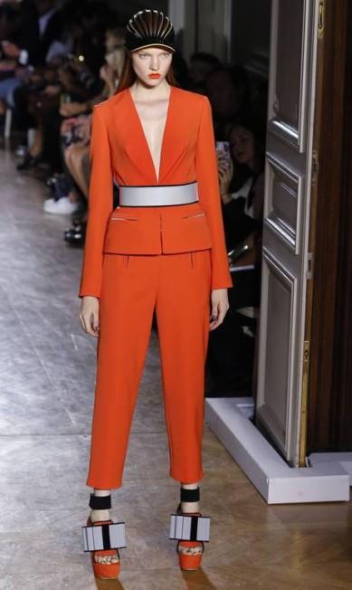 O estilista Bill Gaytten usou faixas para deixar a cintura bem marcada JOEL SAGET / AFP