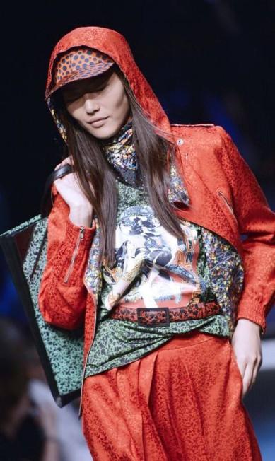O estilista não teve medo de misturar cores e padronagens MIGUEL MEDINA / AFP