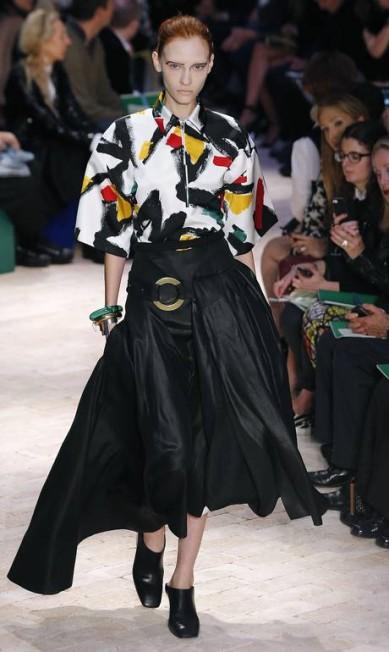 Na passarela, nenhuma barriga de fora e pouquíssimas calças compridas. A coleção foi dominada por saias e vestidos. JOEL SAGET / AFP