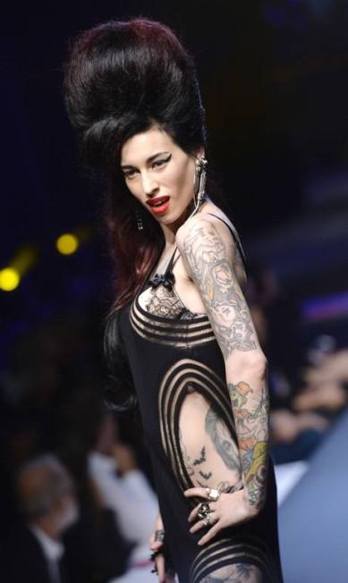 Na passarela, o estilista prestou homenagem para ícones do pop como Amy Winehouse... MIGUEL MEDINA / AFP