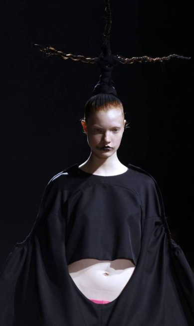 O preto foi o tom que dominou o verão da Comme des Garçons JOEL SAGET / AFP