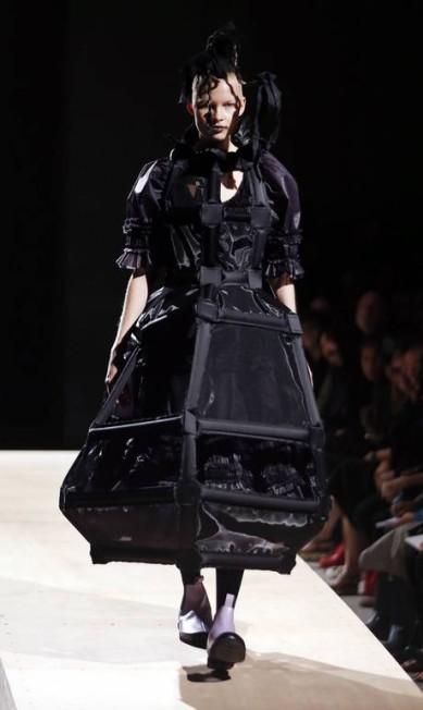 A estilista apostou também em peças bastante estruturadas JOEL SAGET / AFP