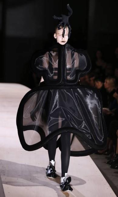 Como de costume, a estilista Rei Kawakubo, da Comme des Garçons, brincou com as formas e os volumes dos looks. JOEL SAGET / AFP