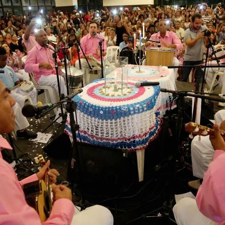 A tradicional vela acesa, no centro da roda, marca as comemorações do 15º aniversário do Samba da Vela, na Zona Sul de São PauloFoto: Fernando Donasci/ Agência O Globo Foto: Fernando Donasci / Agência O Globo