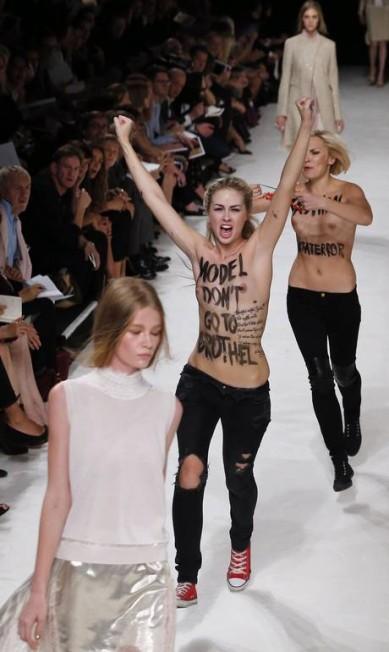 As modelos continuaram a desfilar como se nada estivesse acontecendo... JOEL SAGET / AFP