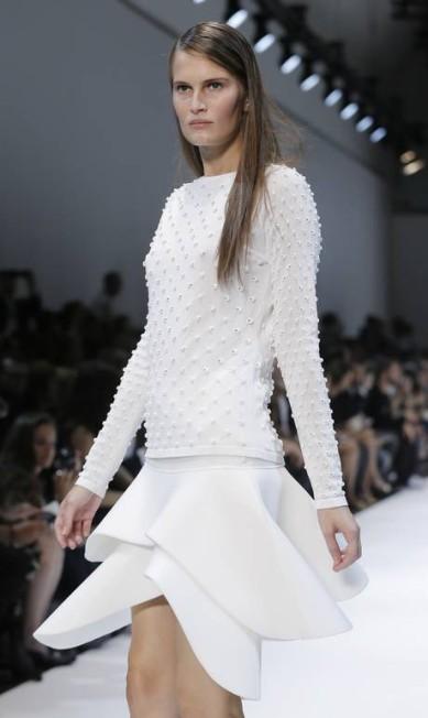 Mesmo estruturado, o tecido compôs looks românticos GONZALO FUENTES / REUTERS