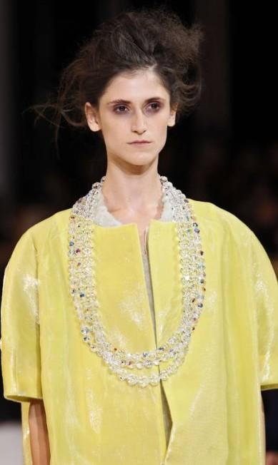 A top Daiane Conterato cruzou a passarela com um chamativo look amarelo, de modelagem ampla e com ombros arredondados PATRICK KOVARIK / AFP