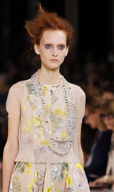 Flores também tiveram espaço na coleção, como nesse vestido de tom pastel PATRICK KOVARIK / AFP