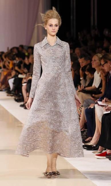 Zanini, que assumiu a maison em 2008, investiu em vestidos com modelagem ampla. No primeiro semestre, correu pelos bastidores o boato de que o diretor criativo da grife assumiria a Schiaparelli. PATRICK KOVARIK / AFP