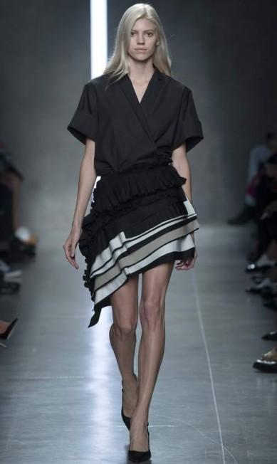 Bottega Veneta mostrou uma saia curta e enviesada em seu desfile ALESSANDRO GAROFALO / REUTERS