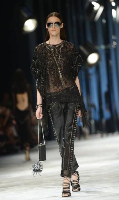 O look preto ganhou brilho e aplicações metálicas na calça FILIPPO MONTEFORTE / AFP