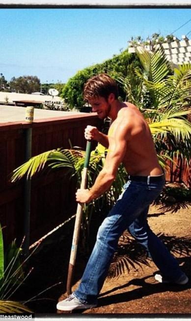 """""""Obrigado por todo o apoio!"""", disse ele para seus seguidores no Instagram há dois dias. """"Se você realmente quer ajudar, pegue uma pá. Há trabalho de jardinagem a ser feito!"""", completou © instagram.com/scotteastwood"""