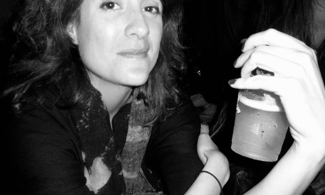 """Fernanda Cardim, estilista da Verve: amante do indie rock, frequenta muito a cena de shows no Rio, e volta e meia viaja para ver bandas, dentro e fora do brasil. """"Eu gosto de música boa, gosto de estar atualizada musicalmente, adoro descobrir bandas novas, ver bandas que pouco conheço. Adoro ir a shows, pequenos, tranquilos, de preferência. Não gosto de shows grandes, festivais. Acabo indo, mas nada como um show incrível em um lugar pequeno. A energia é outra"""" Divulgação"""