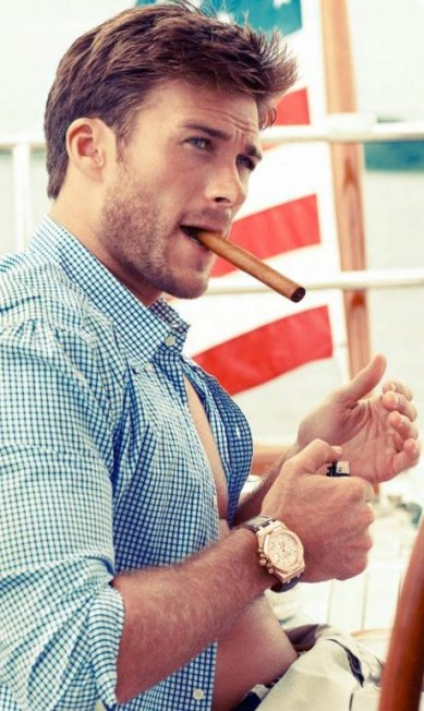 """Famoso por seus filmes premiados, o diretor Clint Eastwood tem outros feitos fora da tela para também se orgulhar. Um deles, ou melhor, o primeiro deles, é Scott Eastwood, filho do diretor, que mostrou toda a sua beleza e talento num editorial de moda da revista """"Town & Country"""" Divulgação / Town&Country"""