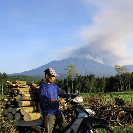 O vulcão Mount Raung, na ilha de Java, entrou em erupção nesta quarta-feira Foto: AFP / AFP