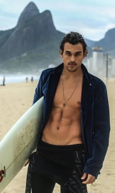 Modelo e surfista, Felipe Roque está de volta ao Rio e às ondas do Leblon... Terceiro / Fotos: Divulgação / Reportagem: coluna Gente Boa